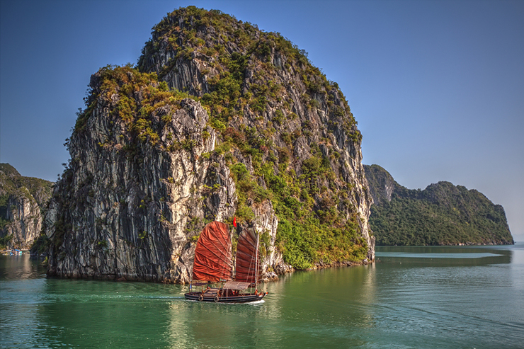 Traditional boat Halong Bay - 10 most romantic experiences around the world