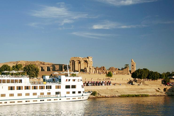Tàu tuần dương sông Nile cập bến tại Đền Kom Ombo, Ai Cập