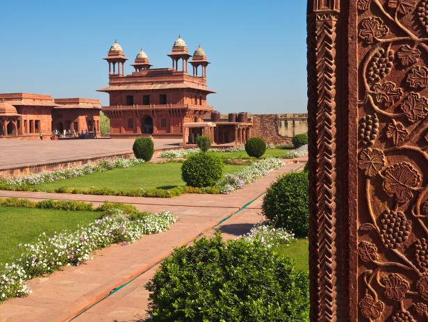 A-sunny-blue-sky-day-at-the-Amber-Fort-in-Jaipur