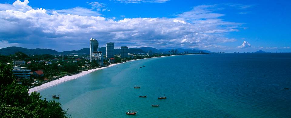 The sweeping bay of white sand in Hua Hin