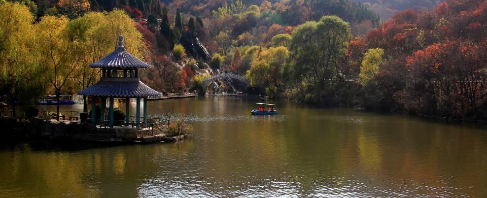 Beautiful autumn colours surrounding the water in Jinan