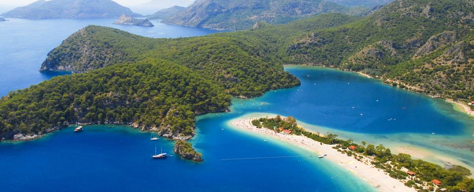 The blue lagoon and sandy spit of land in Oludeniz