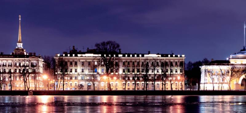The banks of the Neva river in St. Petersburg at night