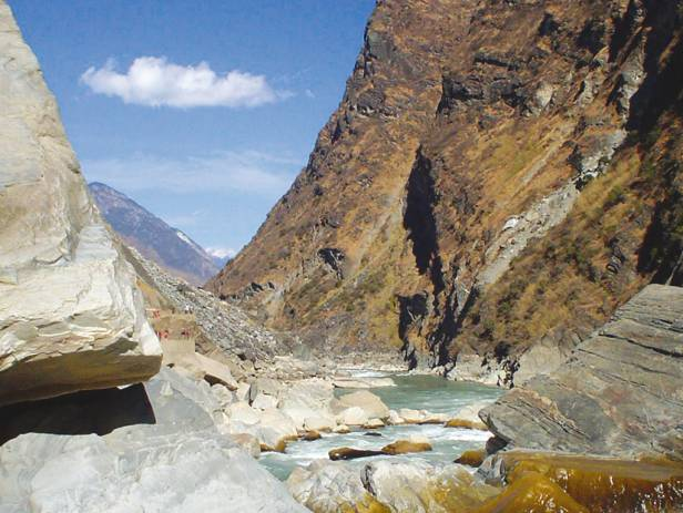 People hiking along the vertigo-inducing trails of Tiger Leaping Gorge